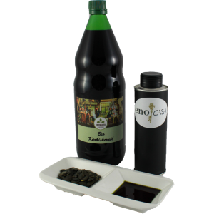 Das sensationelle Bio Kürbiskernöl 250 ml wird aus der Originalflasche abgefüllt.